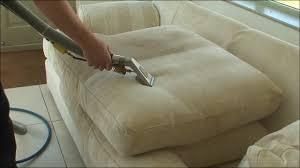 نقدم أفضل الطرق لتنظيف الكنب
